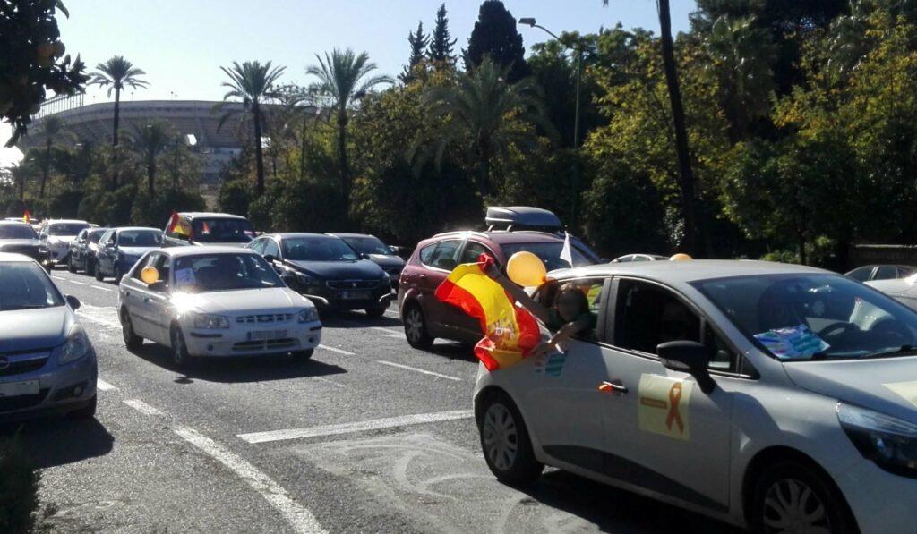 Miles de ciudadanos se manifestaron por La Palmera en sus coches contra la nueva Ley de Educación o Ley Celaá dentro la campaña «Más Plurales, Más Libres, Más Iguales»